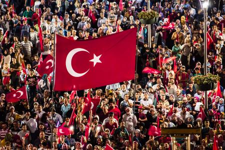 democracia: 28 de julio de 2016, Konyal - Turquía: Después del golpe militar en Turquía sigue manteniendo convulsiones democracia se producen en personas con la bandera