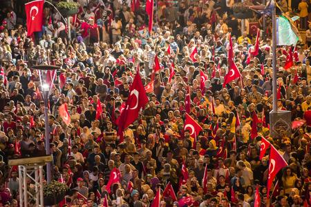 27. Juli 2016, Konyal - Türkei: Nach dem Militärputsch in der Türkei weiterhin Demokratie Anfällen bei Menschen mit Flagge auftreten zu halten