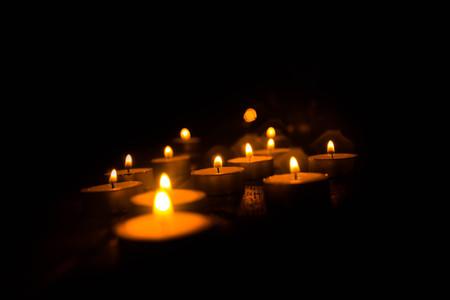 촛불의 황금 빛입니다.