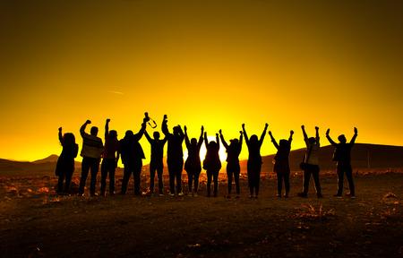 personas festejando: Gente, mirar, luz