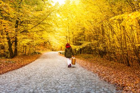 femme pousses de conception en saison d & # 39 ; automne