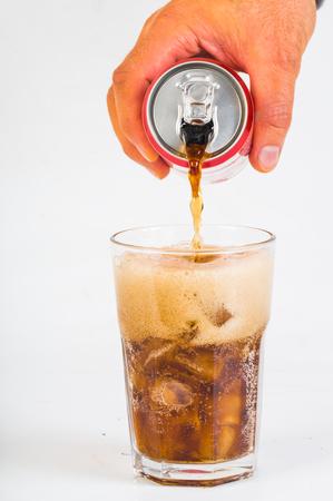 ガラスに曇ったコーラを注ぐ男の手