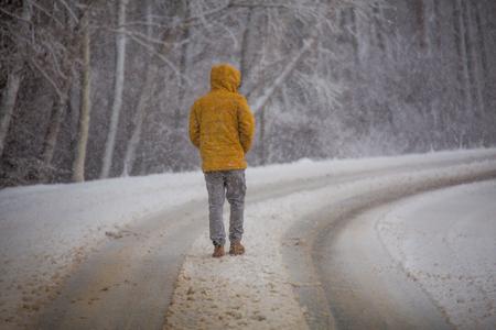 Man walking in snow Banco de Imagens