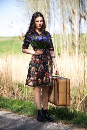 Photo de femme voyageant au printemps