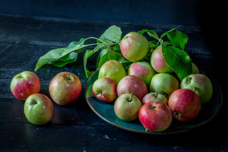 image of new crop apples on an old table Imagens