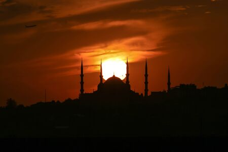 Cityscape of Istanbul with silhouettes of ancient mosques and minarets at sunset. Panoramic view, The Maidens Tower, Galata Tower, Hagia Sophia, The Blue Mosque and Topkap? Palace in Istanbul. 版權商用圖片