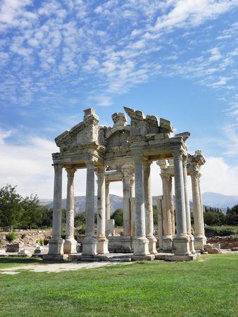 afrodita: Portal impresionante con columnas bellamente dise�adas y frisos del templo de Afrodita en la antigua ciudad de Afrodisias en Turqu�a del mar Egeo.