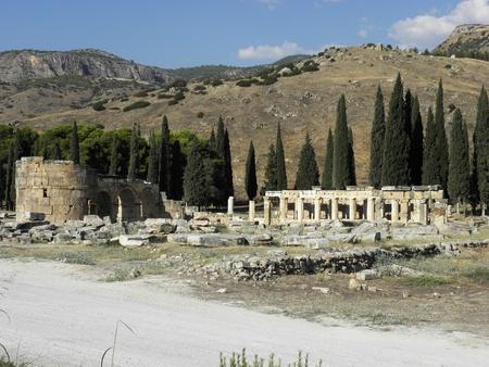 현상:  The beautiful Landscape of Roman city Hierapolis build in the first century ,which is located to the natural phenomenon Pamukkale.