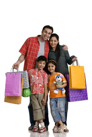 買い物袋を持つ家族