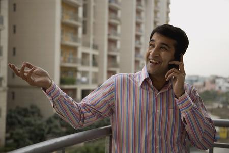 彼の携帯電話で話している人