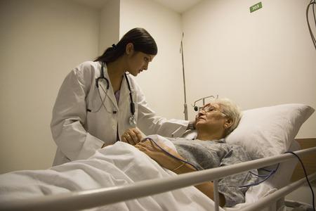 医師は、患者の様子をチェック 写真素材