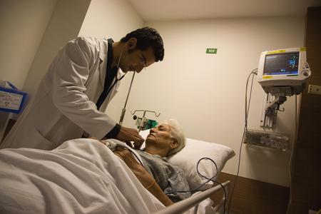 若い医者の彼の患者をチェック