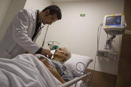 チェックの患者の心拍音を医師します。