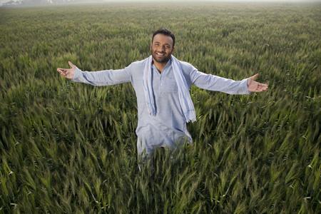 Portret van een Indiase man met armen in een veld