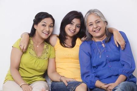 그녀의 어머니와 할머니와 함께 앉아있는 여자의 초상화