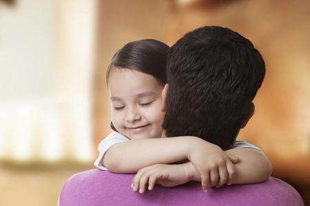 かわいい女の子彼女の父を抱き締める