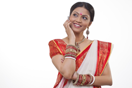 identidad cultural: Bengali woman talking on a mobile phone
