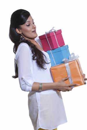 선물 상자를 들고하는 여자
