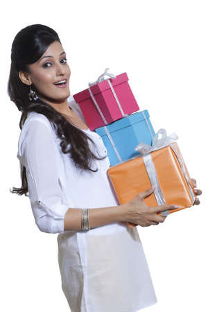 선물 상자를 들고 여자의 초상화