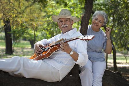 Oude man die gitaar speelt Stockfoto