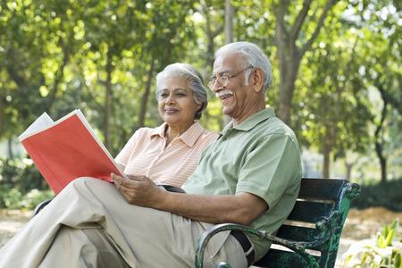 老夫婦で文書を読む 写真素材