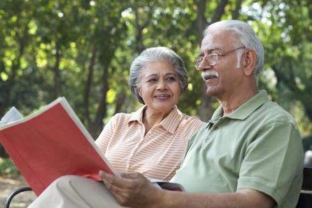 ベンチに座っている老夫婦 写真素材