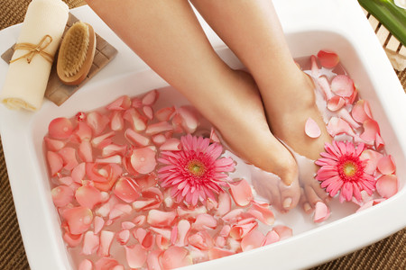 Foot bath in bowl with flower petals 免版税图像 - 80428133