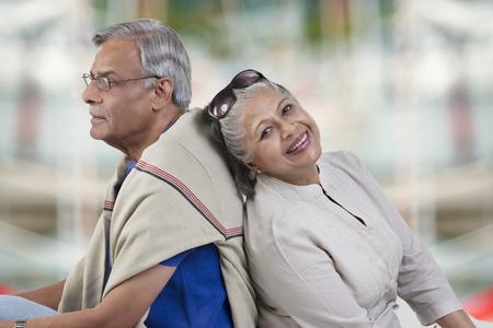 古いカップル座りに戻る 写真素材