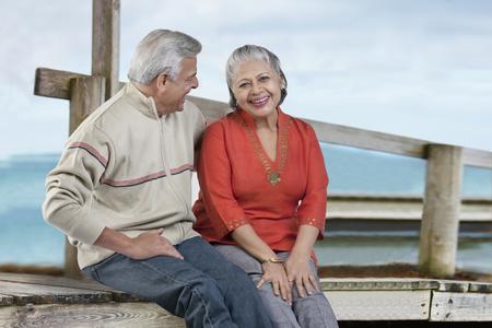 一緒に座っている老夫婦 写真素材