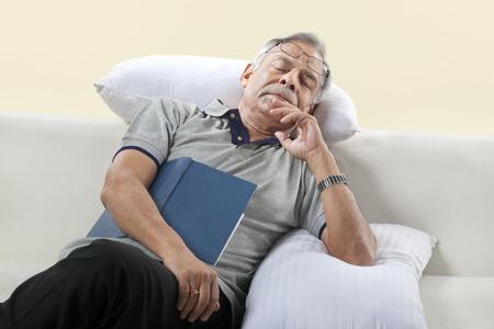 ソファで寝ている老人