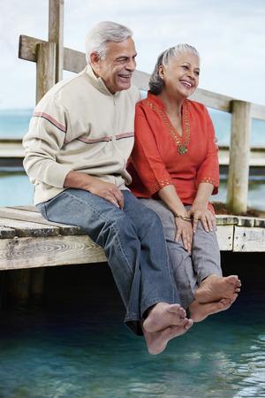 함께 앉아있는 오래 된 커플