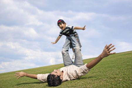 父は彼の息子と一緒に遊んで 写真素材