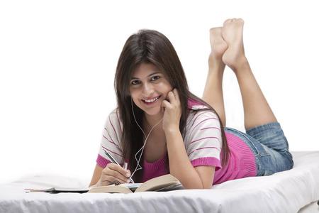 Vrouw met een boek en het luisteren naar muziek