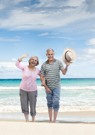手をつないで歩くカップル 写真素材
