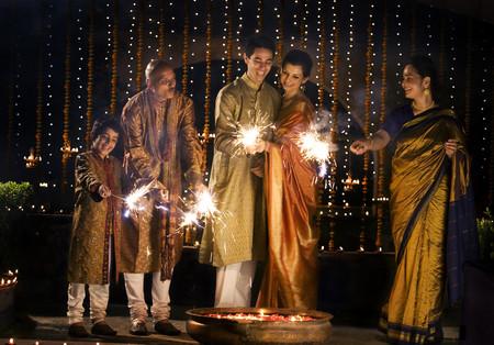 hinduismo: Familia jugando con petardos