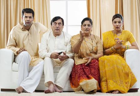 Famille regardant la télévision Banque d'images - 80595819