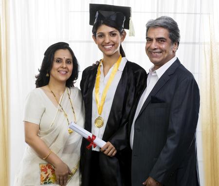 彼女の両親と一緒にポーズの女の子 写真素材