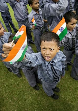 spolužák: School boys holding the Indian flag