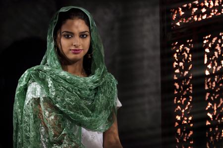 identidad cultural: Retrato de una mujer musulmana Foto de archivo