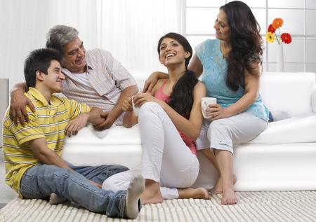 Familie samen zitten in de woonkamer