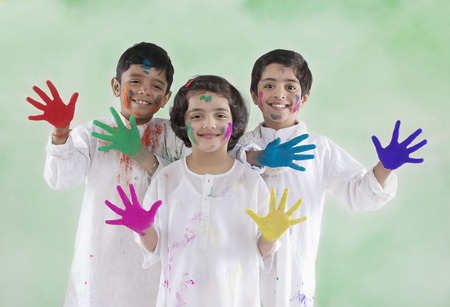Children with coloured palms Imagens