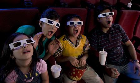 3D 안경으로 영화를 보는 가족