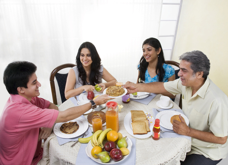 아침 식사를하는 가족