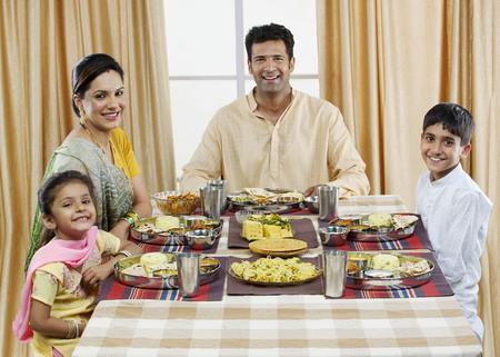 Familia Gujarati almorzando Foto de archivo - 80482430