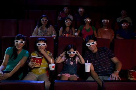 3D 안경으로 영화를 보는 사람들