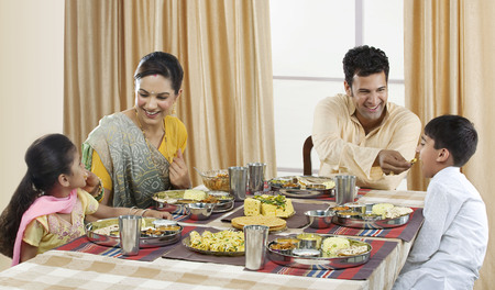 점심을 먹는 구자라트 가족