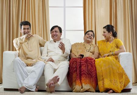 Famille regardant la télévision Banque d'images - 81143407