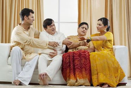 Famille se battant pour la télécommande Banque d'images - 80613819