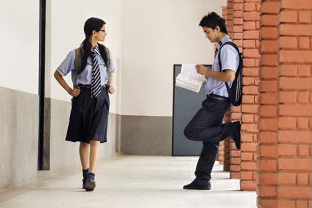 spolužák: School girl looking at a school boy