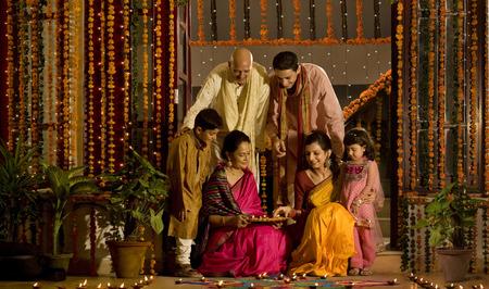 celebration: Famiglia che organizza diyas